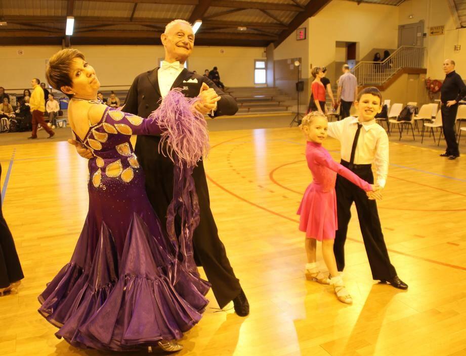 Angèle et Albert  sont venus de Monaco pour se mesurer aux autres. Deniz  9 ans et Marina 7 ans, dansent en couple depuis 2  ans,  ils ont évolué formidablement en catégorie juvénile 1.