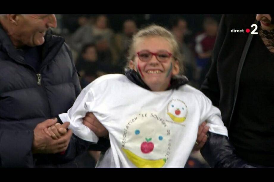 Léa, 13 ans, atteinte par le syndrome Sjogren-Larsson, a donné le coup d'envoi de France - Italie vendredi soir au stade Vélodrome de Marseille.  (Capture d'écran France Télévisions)