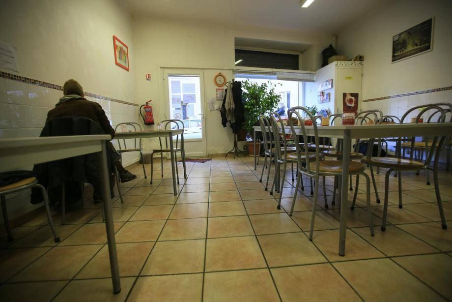 En journée, l'association accueille et propose un endroit chaud où se poser ainsi que des repas. Le soir, tables et chaises laissent leur place à douze matelas pour une nuit loin du froid .