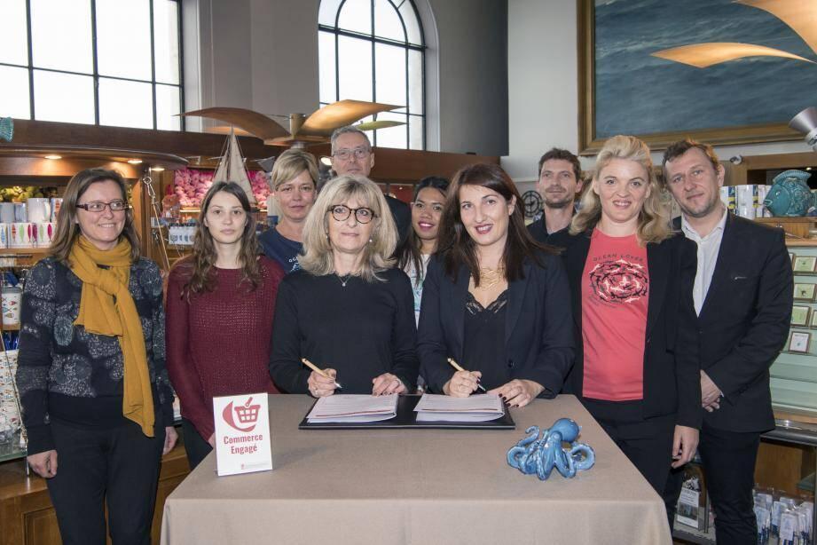 Valérie Davenet, directeur de l'Environnement, et Fiammeta de'Santis, responsable de la boutique  du Musée, ont signé le cahier des charges du commerce engagé.