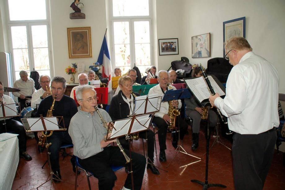 """A l'issue des discours du président et du maire, """"L'Avenir musical"""" a présenté un mini-récital joliment enlevé."""