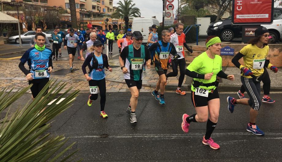 Juste après le départ pour un peu plus de 13 kilomètres, le vainqueur mettra un peu moins de 55 minutes pour parcourir la distance.