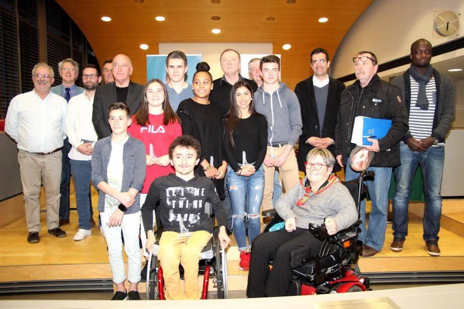 Le maire avec les élus et les heureux récipiendaires, dirigeants et jeunes sportifs seynois.