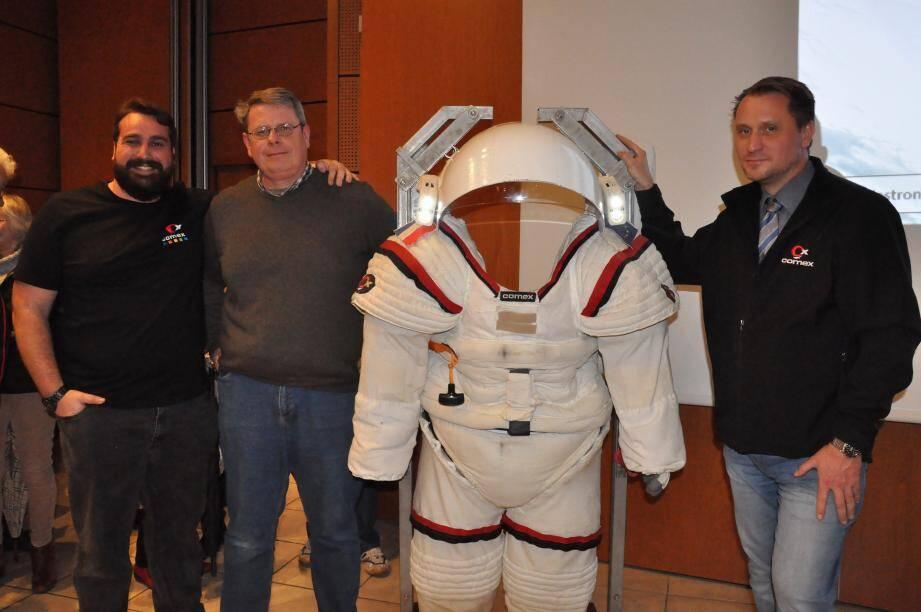 """(De gauche à droite) Thibaud Gobert, ingénieur """"Comex Espace"""", Franck Gourdon, vice-président de l'observatoire du Gros Cerveau, et Peter Weiss conférencier et manager du département """"Comex Espace""""."""