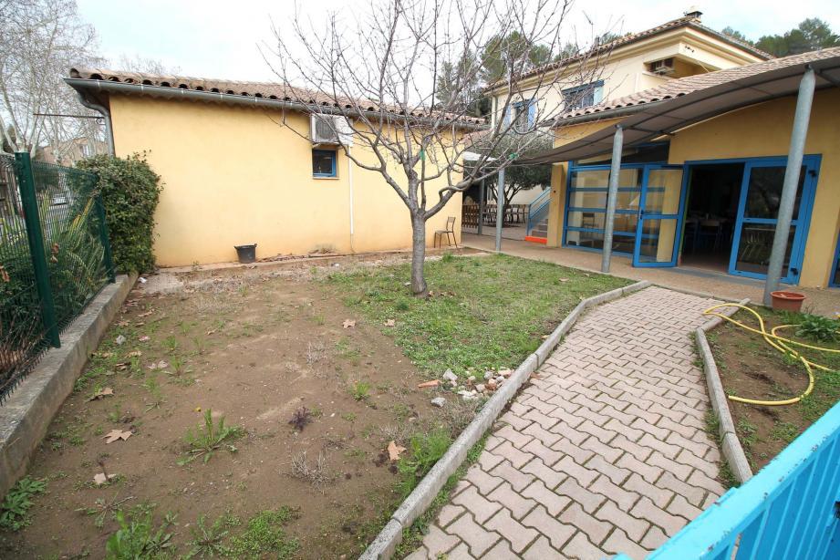 C'est sur cet emplacement que sera édifiée la classe supplémentaire accordée au profit de la maternelle.