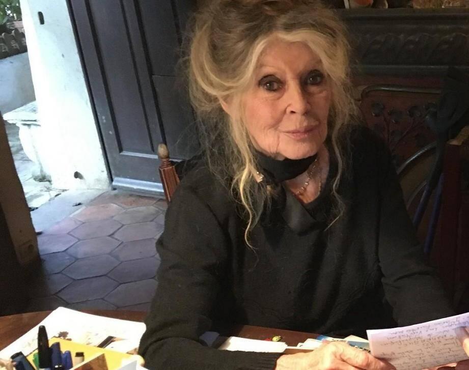 Moi, je serais Laeticia, je redonnerais à Laura et David ce qu'ils méritent d'avoir », a indiqué l'actrice qui a choisi son camp dans l'affaire de l'héritage qui déchire le clan Hallyday.