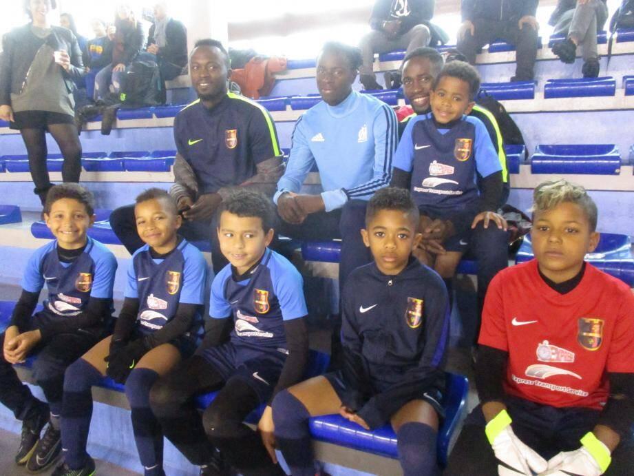 Les jeunes du FC La Seyne autour de leur président.