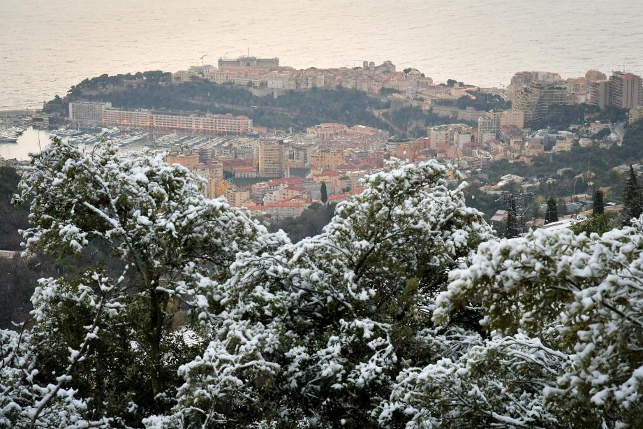 Derrière la neige, le Rocher. Hier matin, le pourtour monégasque s'était drapé de blanc.