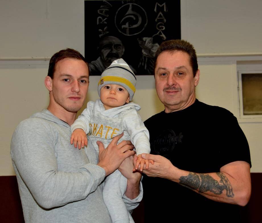 Le champion Kévin Czernik (à gauche), en compagnie de son jeune fils Novak (10 mois) et de son papa Gérald, professeur au Krav maga-83 londais.