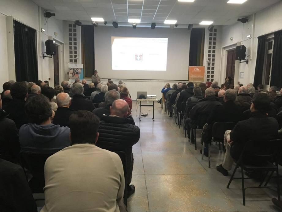Plus d'une centaine de personnes est venue assister à la réunion publique organisée dans la salle des fêtes de Peymeinade.