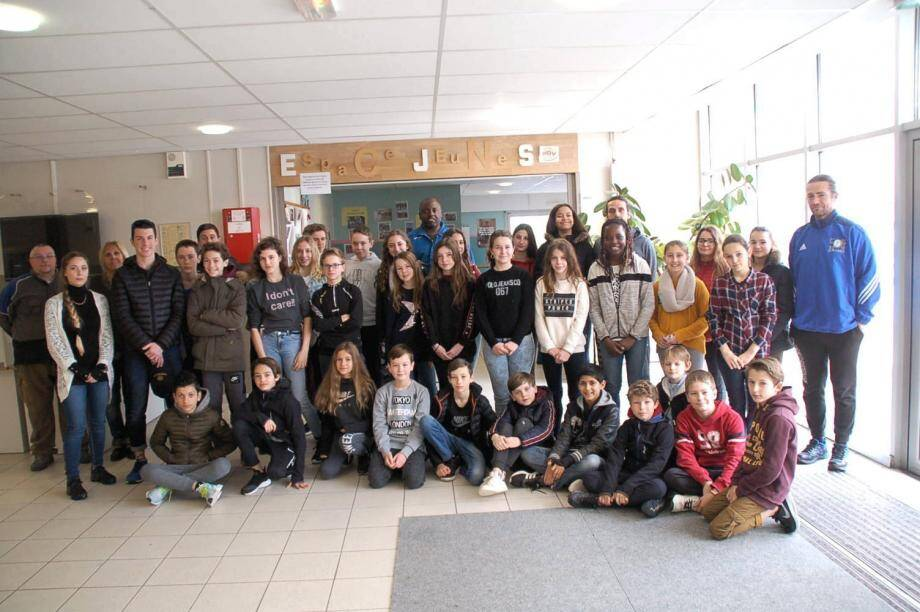 Les jeunes de la session février-mars posent pour la photo souvenir avec leurs moniteurs.