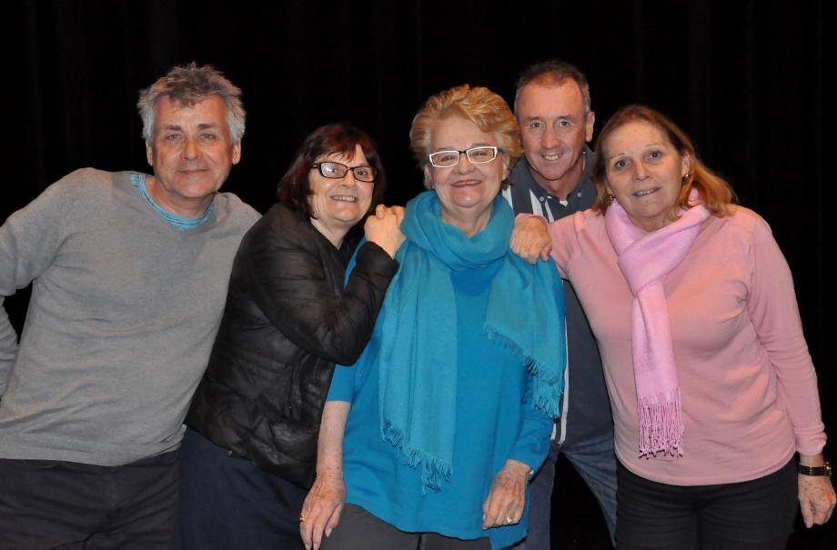 Une partie de la joyeuse troupe de Presqu'île en scène dirigée par Laurent Boiteux (à g.) : Lydie, Dany, Jean-Pierre et Christine.