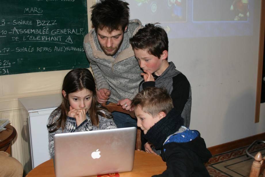 Les petits autour de l'ordinateur.
