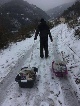 Journée de galère, hier, à cause des routes gelées. À gauche, des habitants de Castellar sont allés récupérer leurs courses en bas de chez eux et ont tout transporté dans une baignoire et une panière à linge, tirées par des cordes. À droite, un accès privé bloqué par la neige à Castellar et des tuyaux gelés à Menton.