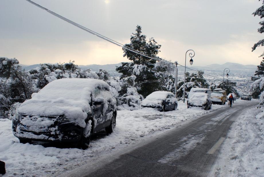 Hier matin, 10 h, des voitures bloquées sur la RD67. La voie pentue d'accès au village a ensuite été libérée.