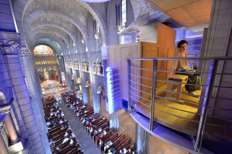 Les bancs de la cathédrale, une fois n'est pas coutume, seront tournés vers le grand orgue et le plafond  de la nef servira d'écran à des projections.