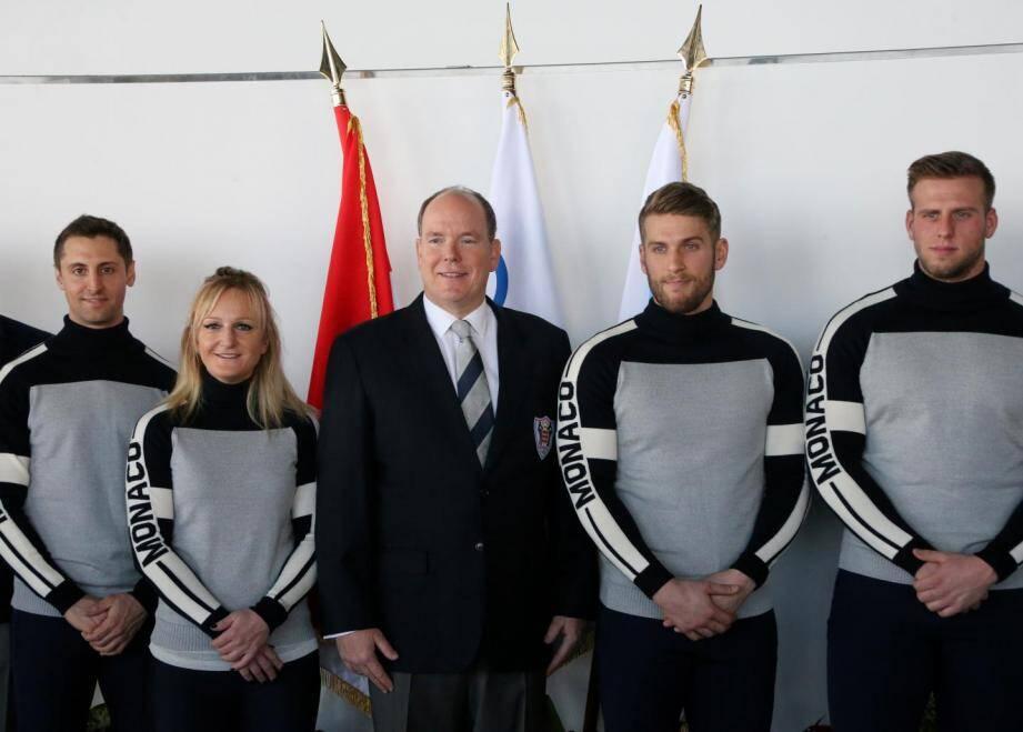 Albert de Monaco et les quatre athlètes monégasques qui participent aux J.O d'hiver 2018.