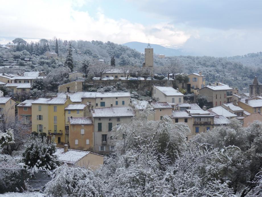 Le village de Tourrettes sous un manteau blanc.