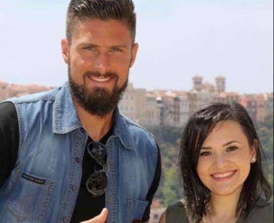 Olivier Giroud auprès de Sarah lors d'une visite au Centre cardio-thoracique de Monaco.