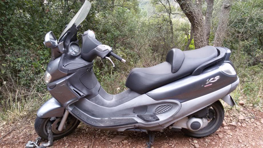 Le scooter abandonné.
