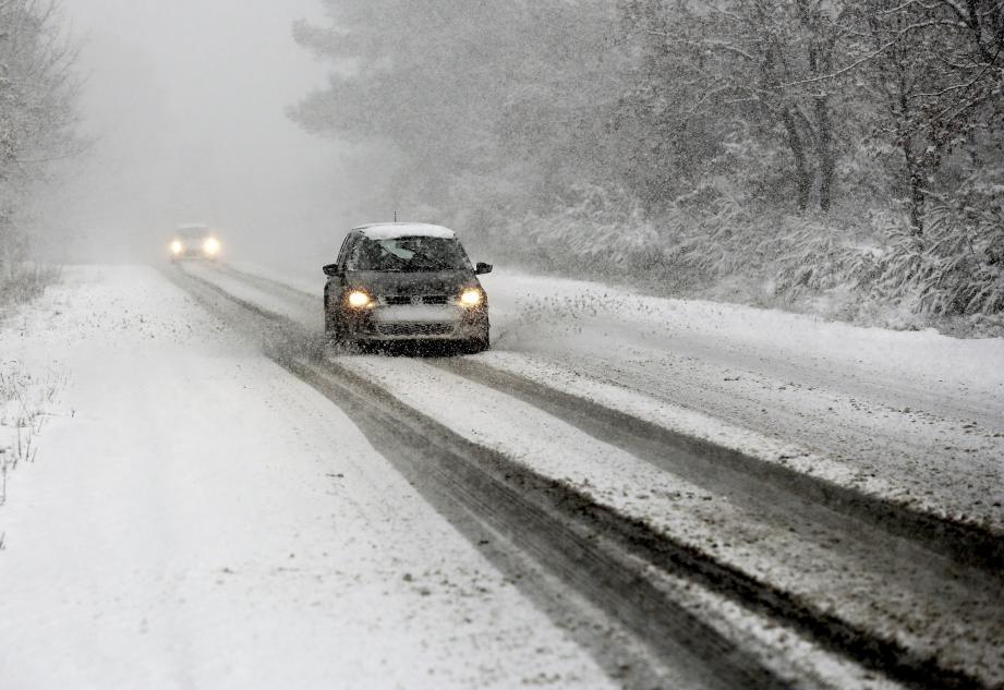 Fortes chutes de neige dans le secteur de Draguignan. Ici, sur la route entre Flayosc et Salernes.