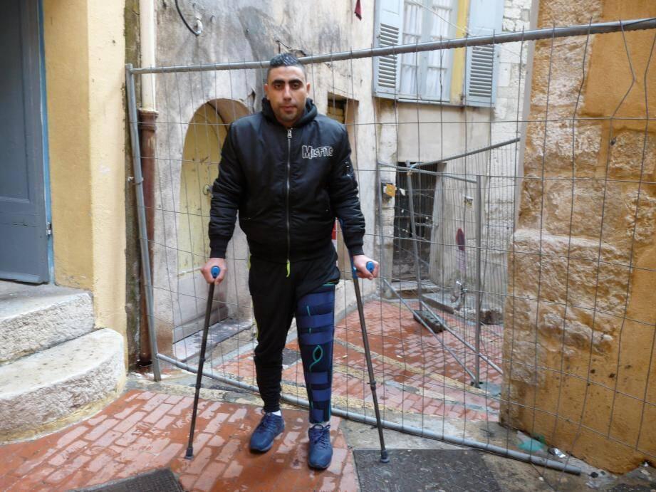 Salah Chaabane se déplace aujourd'hui à l'aide de béquilles. La rue des Sœurs, au niveau du numéro 6, a été condamnée par arrêté municipal en raison de risque de chute de morceaux de façade après l'incendie.