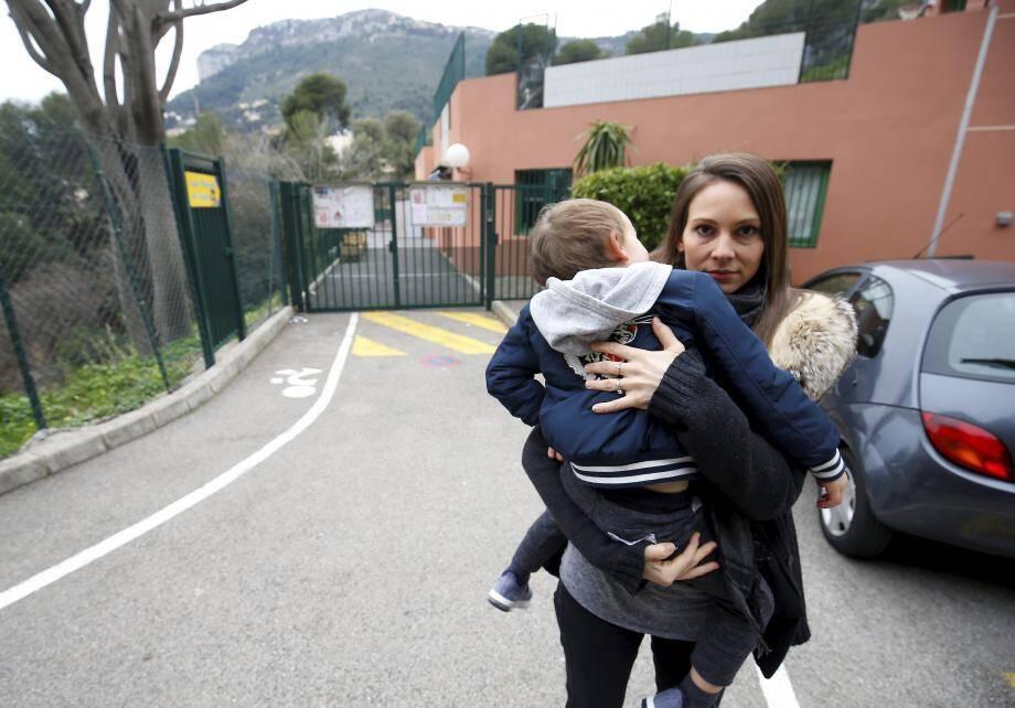 Laura Dupré affirme avoir retrouvé son fils à l'endroit exact où elle le tient dans ses bras sur la photo.
