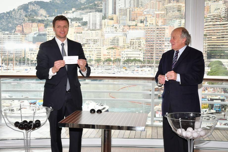 Gareth Wittstock, le frère de la princesse Charlène, et François Forcioli-Conti, le président de la Société des courses de la Côte d'Azur, ont associé chevaux et associations par tirage au sort.