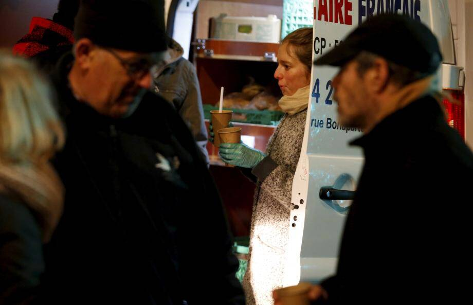 Le Secours populaire fait des maraudes tous les lundis et mercredis soirs. Hier, la distribution alimentaire était aussi vestimentaire.