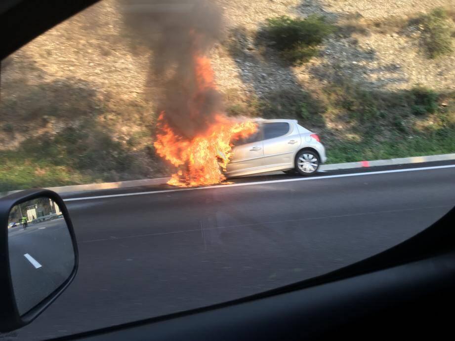 Une voiture en flammes.