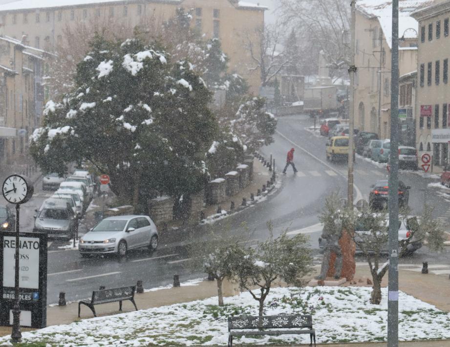 La place des cars à Brignoles commence à se (re)blanchir.