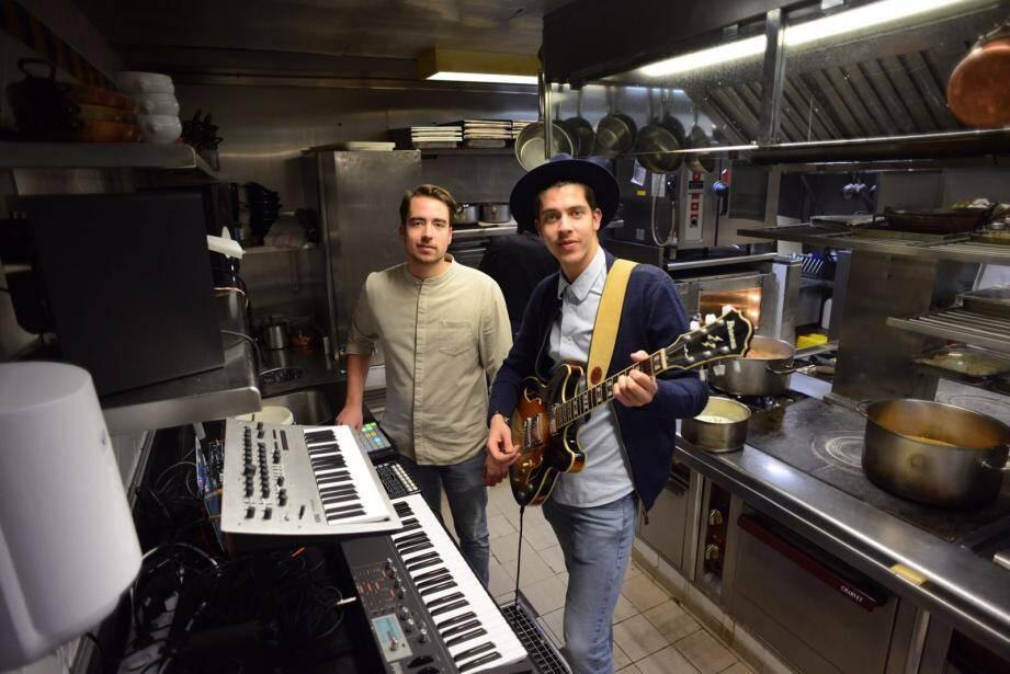 Le duo Parallells dans la cuisine du Quai des Artistes à Monaco.