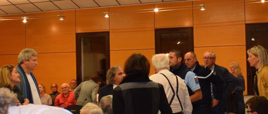 Cécilia Papadacci (à gauche sur la photo) refusant de regagner sa place après avoir tenté de prendre le micro du président Ferdinand Bernhard.