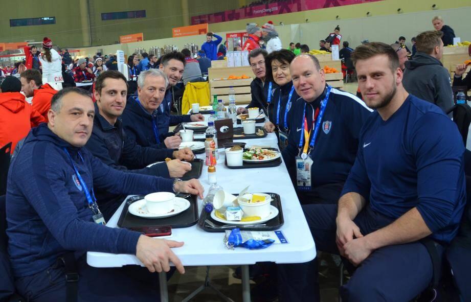 Après avoir salué les athlètes, le souverain a déjeuné avec la délégation monégasque.