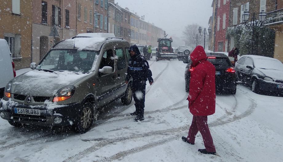 La neige s'intensifie dans le village de La Garde-Freinet : la circulation devient vraiment aléatoire et dangereuse.