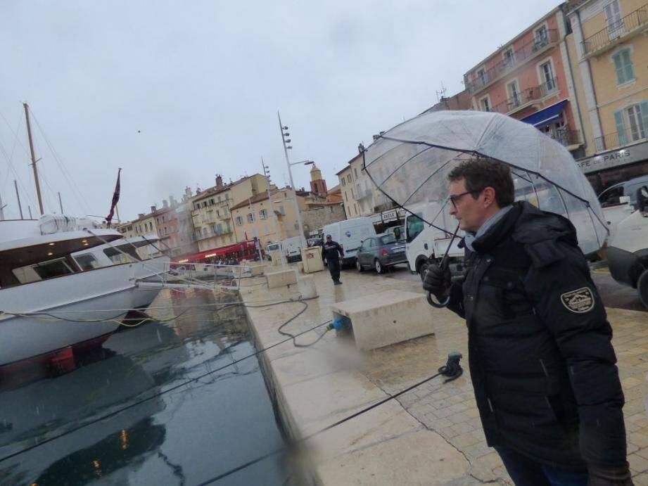 Sur le port de Saint-Tropez, les rares promeneurs guettent avec impatience le moment où les flocons s'accrocheront durablement sur les toits.