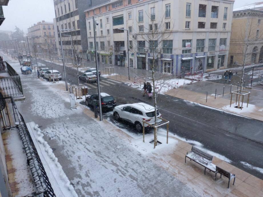 A Draguignan, l'averse de neige est  soutenue depuis le début d'après-midi.