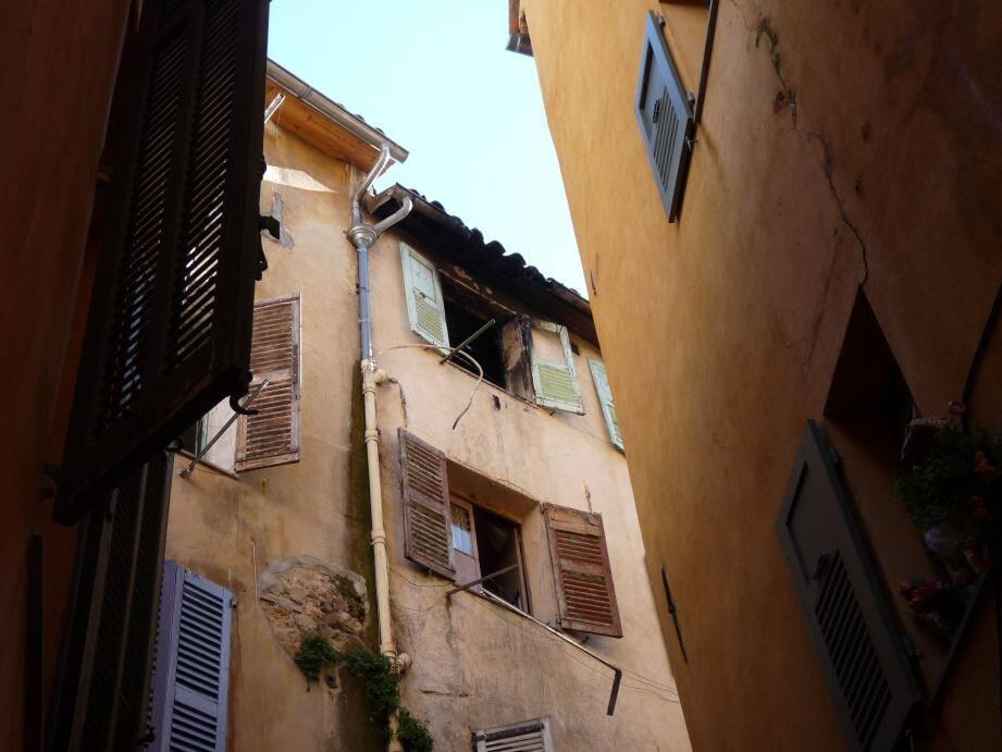 Au 4e étage du numéro 6 de la rue des Soeurs, la fenêtre par laquelle le couple est sorti.