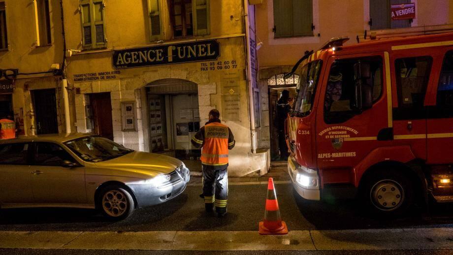 14 sapeurs pompiers de Saint-Vallier et 7 de Grasse ont été sur place avec deux véhicules grandes échelles, un VSAB et un fourgon.