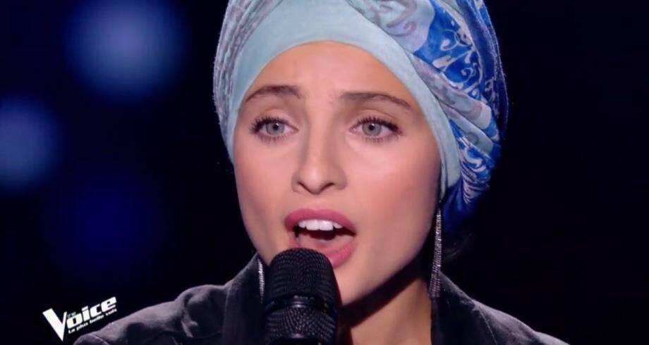 """Après un premier passage réussi dans """"The Voice"""", la candidate Mennel Ibtissem est rattrapée par la polémique."""