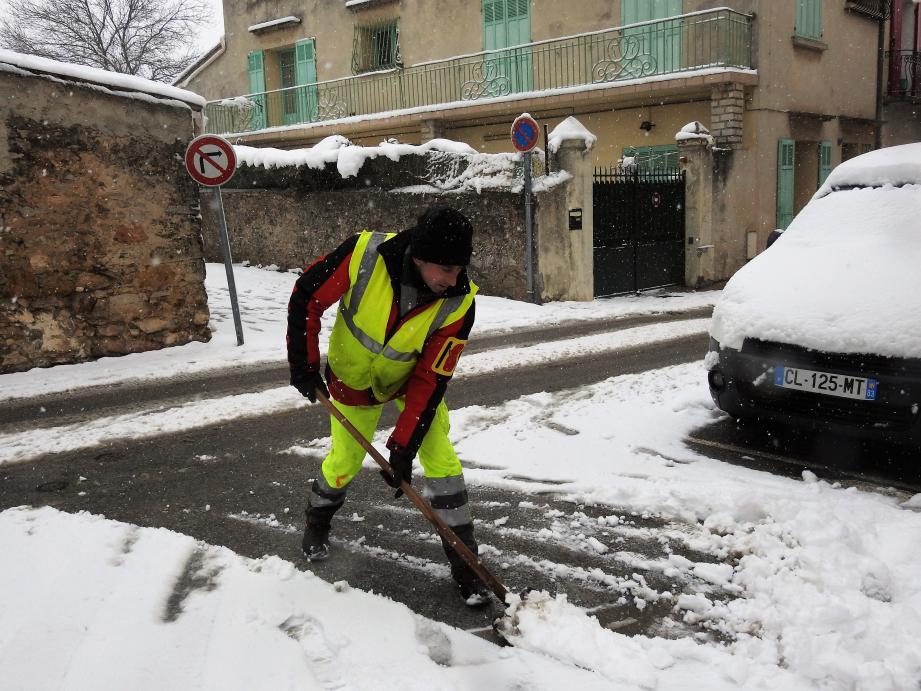 Les fortes averses de neige depuis 11 h du matin ont mobilisé les agents du service technique pour saler et déneiger les rues.