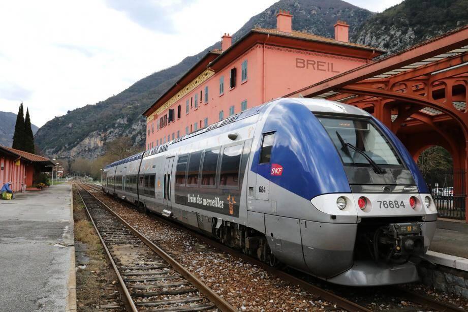 Un train en gare de Breil.