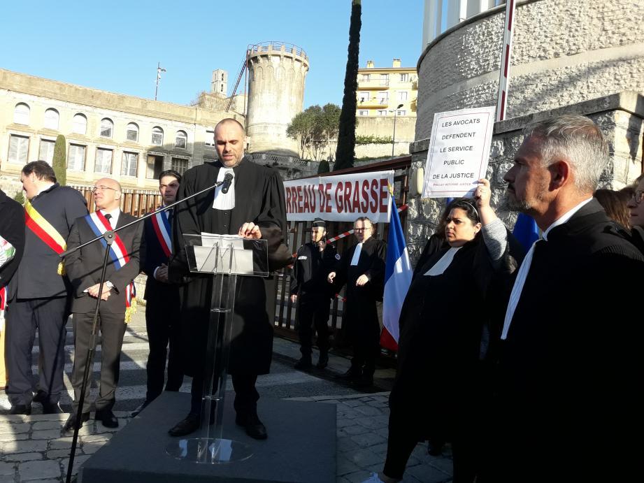 Avocats, magistrats, élus ce vendredi matin devant le TGI de Grasse.