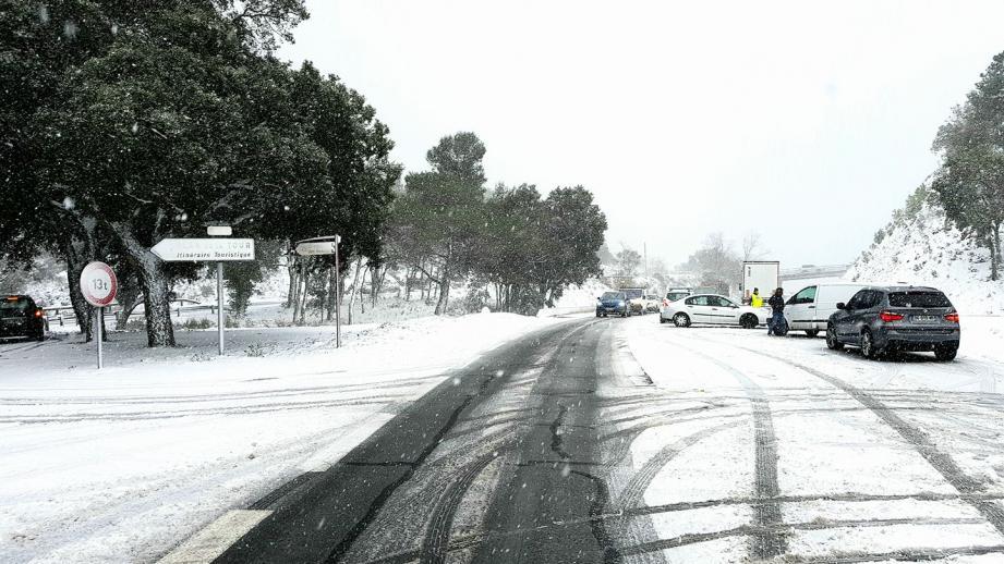 Automobilistes en détresse hier après-midi sur le CD 25 : perte de contrôle sur une chaussée devenue de plus en plus glissante au fil de la journée. La scène s'est produite au sommet du Col de Gratteloup.