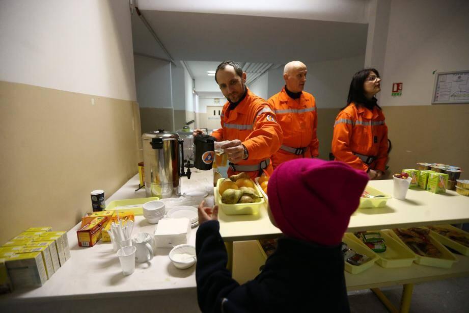 Les réservistes distribuent des repas chauds aux familles.