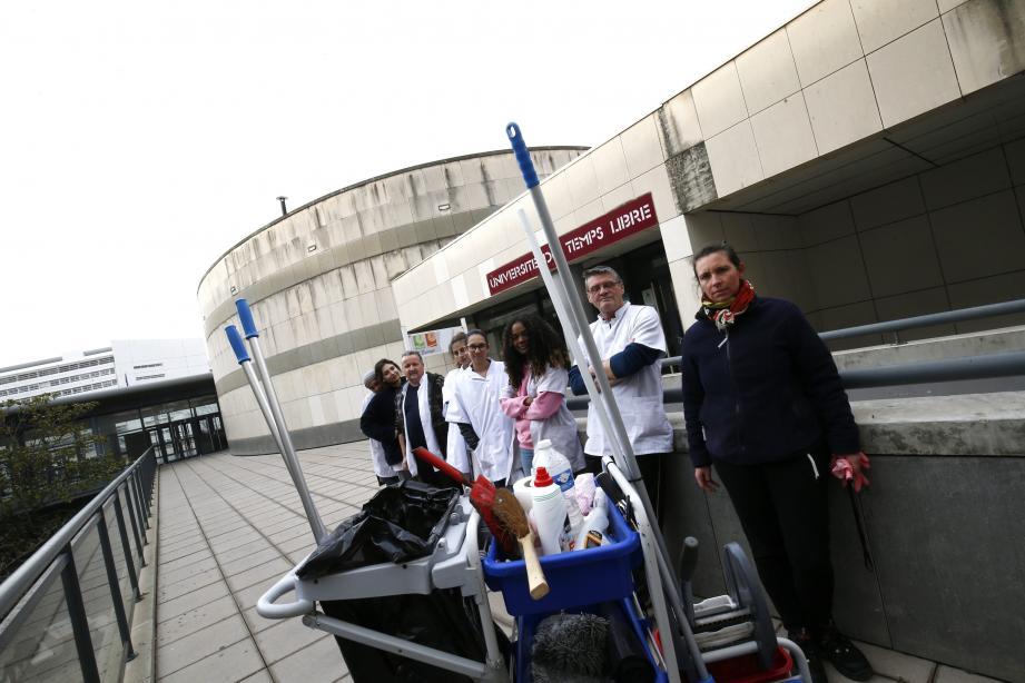 Autour de Muriel Millot, chef d'équipe (à droite), l'équipe employée en chantier d'insertion à la fac de droit de Toulon.