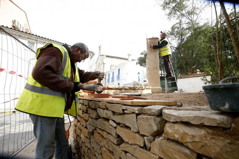 Au Pradet, les équipes de « Faire la route  avec toi » sont à l'œuvre pour  l'aménagement du parc Cravéro.