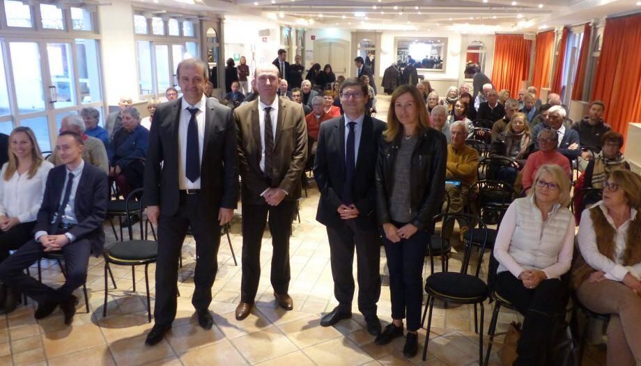 De gauche à droite : José Santucci, Nicolas Baudenaille nouveau directeur de l'agence de Cogolin, Christian Moutte et Anne Kiss pour la commune de Grimaud au milieu des sociétaires.