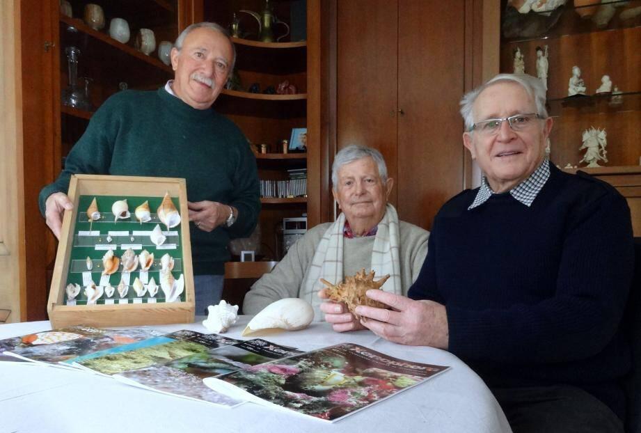 Jean-Marie Colin, Roger Le Béon et Marcel Perret (de gauche à droite) invitent le public à venir découvrir le monde merveilleux des coquillages et des minéraux.