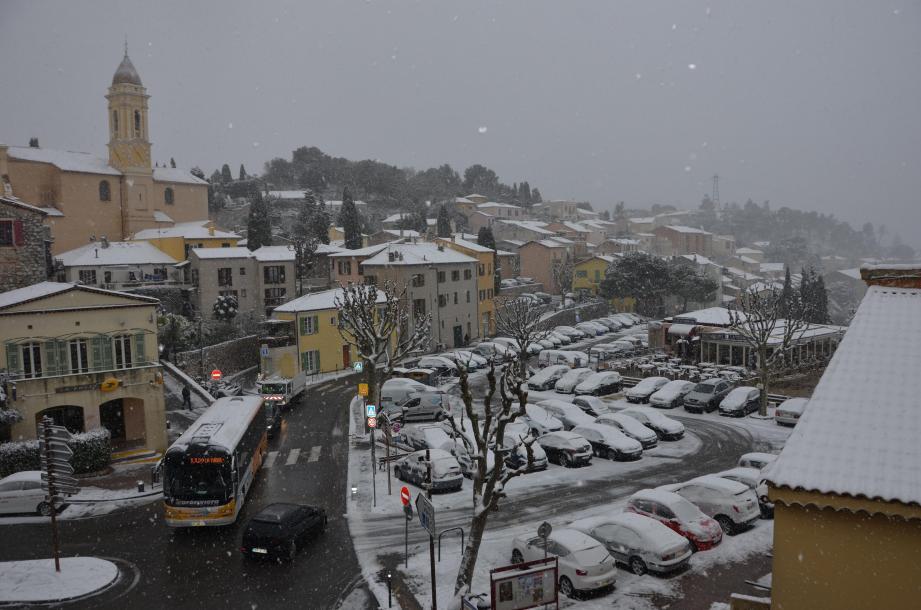 Entre 10 et 25 cm de neige ont recouvert La Turbie dans la nuit de mercredi à jeudi, contraignant les  services techniques à déverser plus de 2 tonnes de sel sur les voies d'accès à la commune.